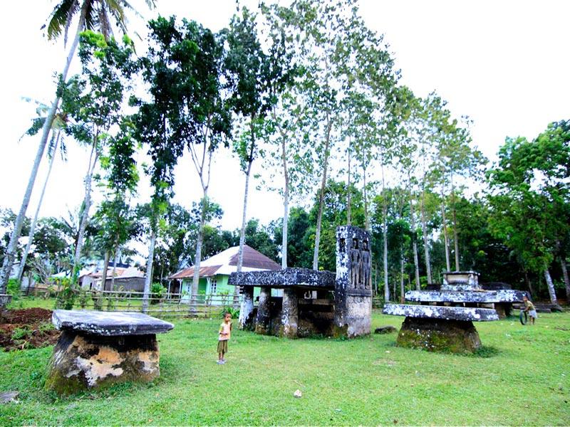 megalithic-royal-grave-stone-anakalang-central-sumba